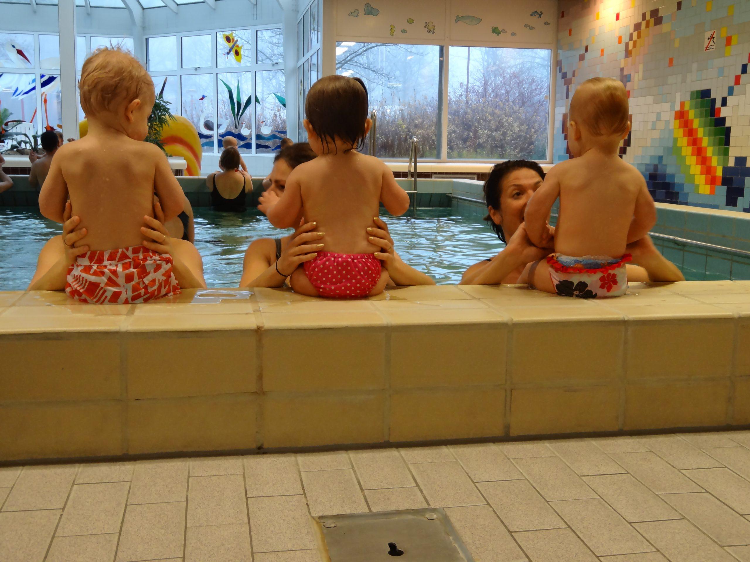 Ouder en kind zwemmen bij zwembad de Hullen